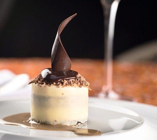 Clássico tiramisù com casquinha de chocolate branco