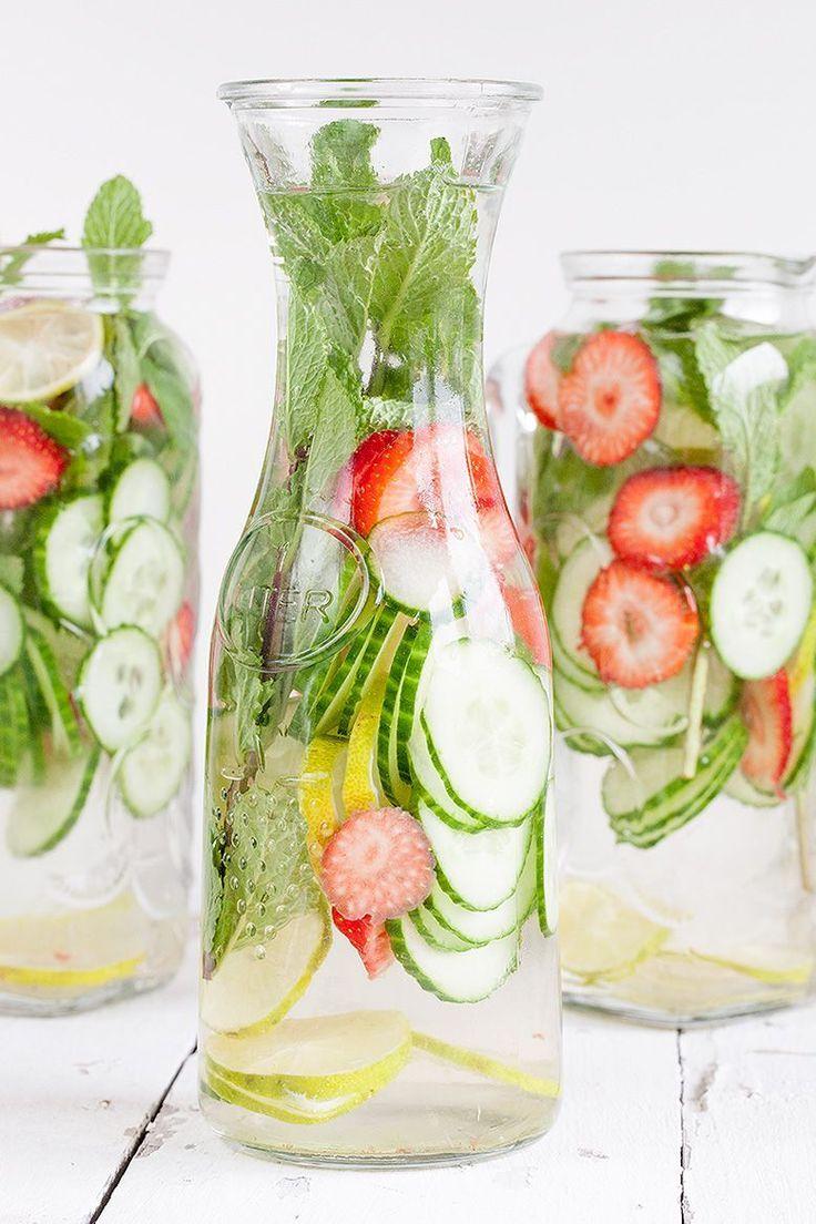 Pour un cocktail rafraîchissant et coloré sans sucre, on laisse infuser dans de l'eau quelques rondelles de concombre, drainant et dépuratif, de la fraise,...