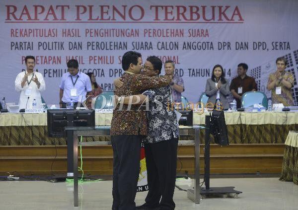 Ketua Bawaslu Muhammad (kanan) berpelukan dengan Ketua KPU Husni Kamil Manik setelah menyerahkan catatan-catatan pelaksanaan Pemilu 2014 saat rapat pleno penetapan hasil pemilu legislatif di Kantor KPU, Jakarta, Jumat (9/5/2014).