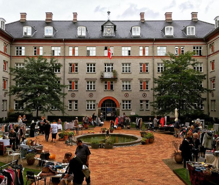 A Spanish inspired yard in #copenhagen at the lake Sortedam. The building is from 1896 and was renovated a few years ago including its ceiling paintings and sculptures. The building houses a home for single women and has done so since its founding (Soldenfeldts Stiftelse)................................................. #building #archilovers #architecture  #architecturelovers #awesupply #ig_ometry #beautifulbuilding #tipkbh #archi_ologie #ic_architecture #travellingthroughtheworld…