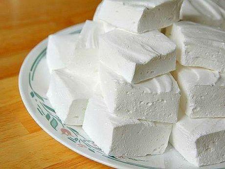 ДОМАШНИЙ ЗЕФИР    Низкокалорийный десерт, который содержит всего 80 ккал на 100 гр, легко приготовить самостоятельно. Кроме того что такая сладость не навредит фигуре, она еще и безумно вкусная!    Какие продукты понадобятся:  - кефир - 1 л;  - сметана нежирная - 3/4 стакана;  - сахар - 1 стакан;  - желатин - 2 ст. л;  - вода - 2 стакана;  - ванильный сахар - 1/2 пакетика.    Способ приготовления:  1) Желатин замочить в теплой воде на 30-40 минут, затем на медленном огне, непрерывно ра...