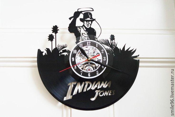 Купить или заказать Часы из пластинки 'Индиана Джонс' в интернет-магазине на Ярмарке Мастеров. Часы делаются из старых виниловых пластинок. У каждого изделия своя история, своё настроение и чтобы его передать полностью мы сохраняем родную упаковку пластинки. Для надежной транспортировки, часовой механизм пакуется отдельно, прикрепить его не составит особого труда. В упаковку вкладывается лист фанеры для максимальной защиты изделия.