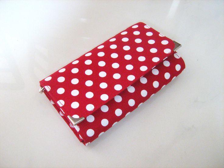 Red Dots- 17 x 10,5 na karty i fotky Tuto peněženku jsem pro Vás ušila z krásné, sytě červené látky s bílými puntíky. Je zapínaná na magnetku, má 5 kapsiček na bankovky a doklady, jednu zipovou kapsičku na kovové mince, 2 větší kapsičky na karty na přepážkách - do jedné se vejde i více karet :-), 5 samostatných kapsiček na karty na boku peněženky a jednu ...