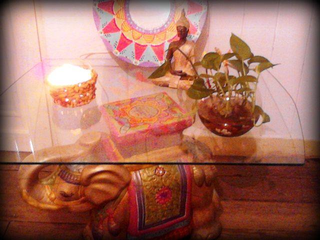 Se puede utilizar como mesa ratona, decorando con otros objetos logrando un espacio de estilo hindú.