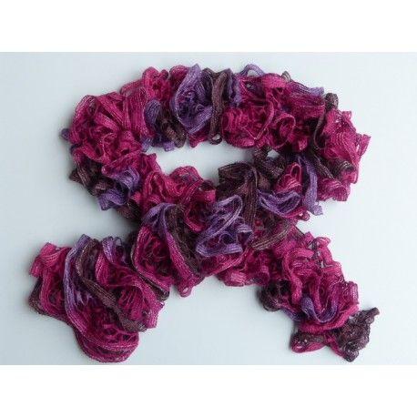 Echarpe femme tricoté main en laine froufrou aspect volant, très belle écharpe, élégante, ultra douce et agréable à porter de couleur fuchsia, vigne, violette et pailleté sur la bordure. Elle mesure 118 cm, composition 95 % acrylique 5 % polyester.