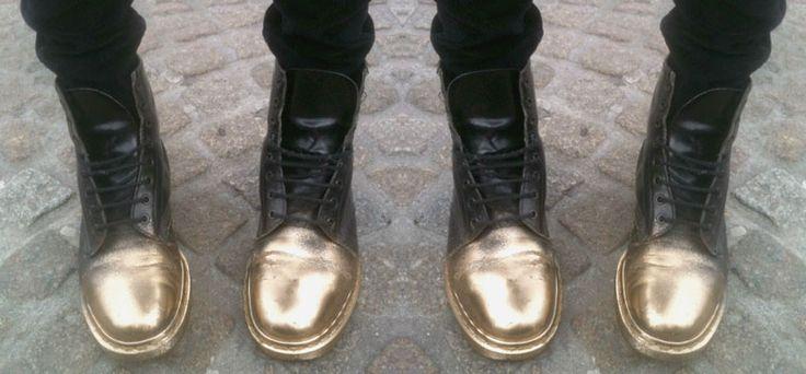 gold spray painted boots inspo zapatos diy pinterest doc martens. Black Bedroom Furniture Sets. Home Design Ideas