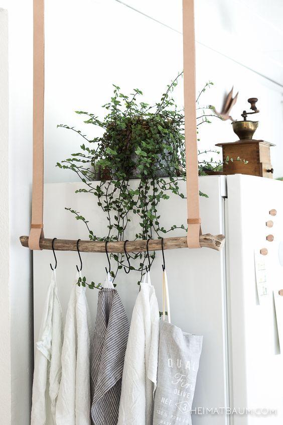 Zelf een hangrek maken - Wij noemen het nu een hangend kledingrek maar je zou er ook zomaar een hangende kapstok van kunnen maken. Of een hangend rekje voor de keuken, je theedoeken hangen er ook leuk aan/over!