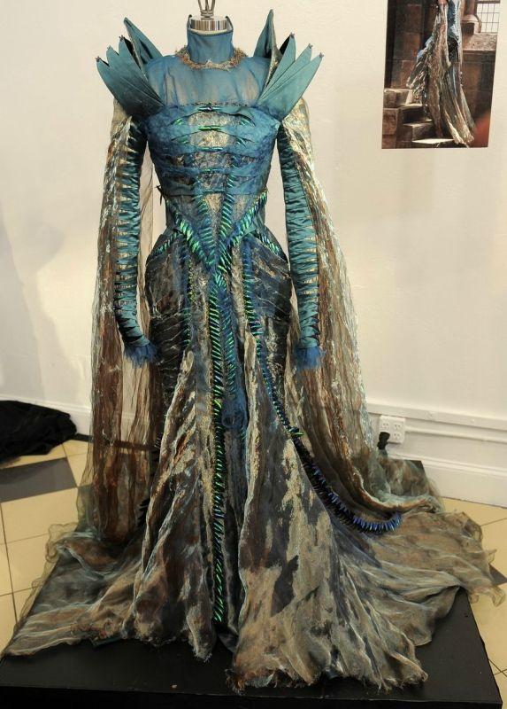 """Это уже пятый мой пост про художника по костюмам Колин Этвуд. Последний был про ее костюмы к фильму """"Мрачные тени"""" Т. Бёртона , теперь пришел черед """"Белоснежки и…"""