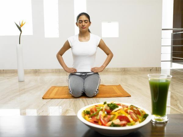 La practica de yoga para perder peso ha llegado a  las vidas de millones de personas en todo el mundo. Junto con una dieta saludable, practicar ejercicios de yoga puede ayudar a perder peso en pocas semanas.Los expertos siempre recomiendan posturas de yoga para quemar grasas y fortalecer el cuerpo.