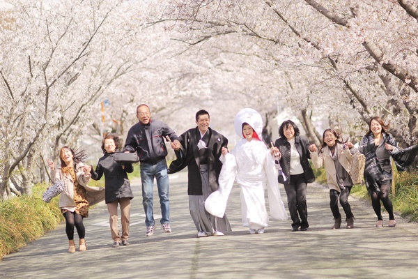 Japanese Wedding under the cherry blossom trees- happiest photo