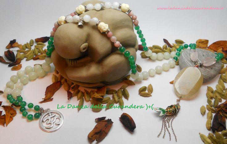 JapaMala del Cuore  Preziosa e bellissima Mālā composta da 108 grani in perle di Giada verde (6 mm), Giada naturale (10 mm), Opale rosa (6 mm), perle di Quarzo rosa sfaccettato (15x10 mm), Moonstone arcobaleno (7 mm) piccole teste di Buddha in resina, perline in vetro opalescente e inserti in metallo argentato.. La pietra del Guru è una grande perla ovale di Agata di fuoco screziata verde (cm 4x3).. http://www.ladanzadellacurandera.it/japamala/japamala-108-grani/