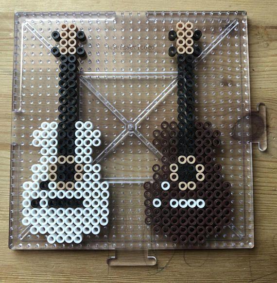 livr u00e9 avec deux guitares    donc cool  peut  u00eatre un porte