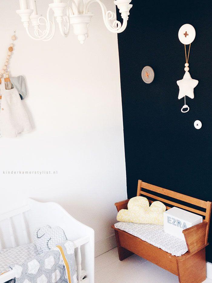 Leuk idee voor ons bankje ☺ Babykamer-zwarte-muur-idee | Bekijk het hele kamertje op Kinderkamerstylist.nl