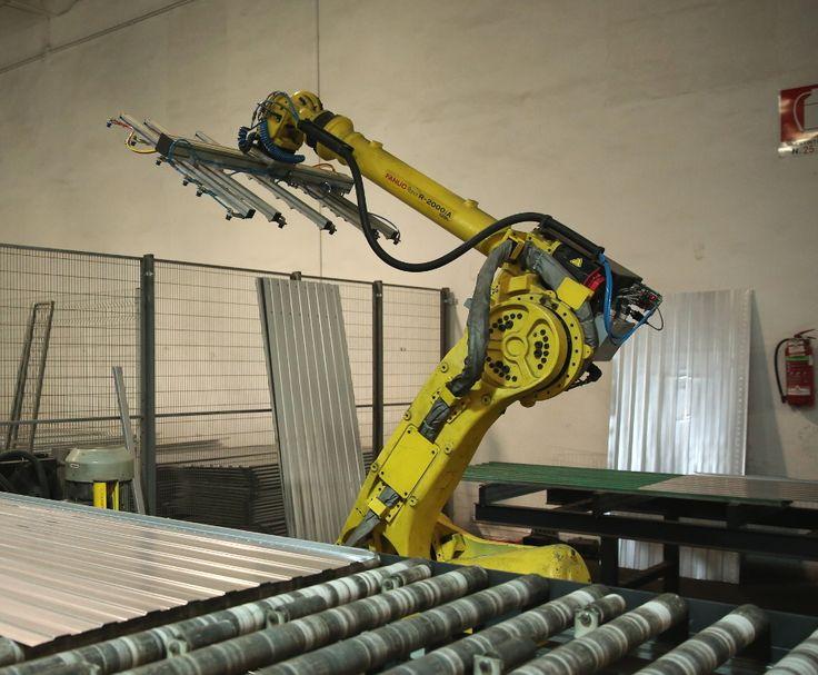 All'uscita dalla profilatrice un robot industriale separa le due linee di produzione, Logika ed Evolution.