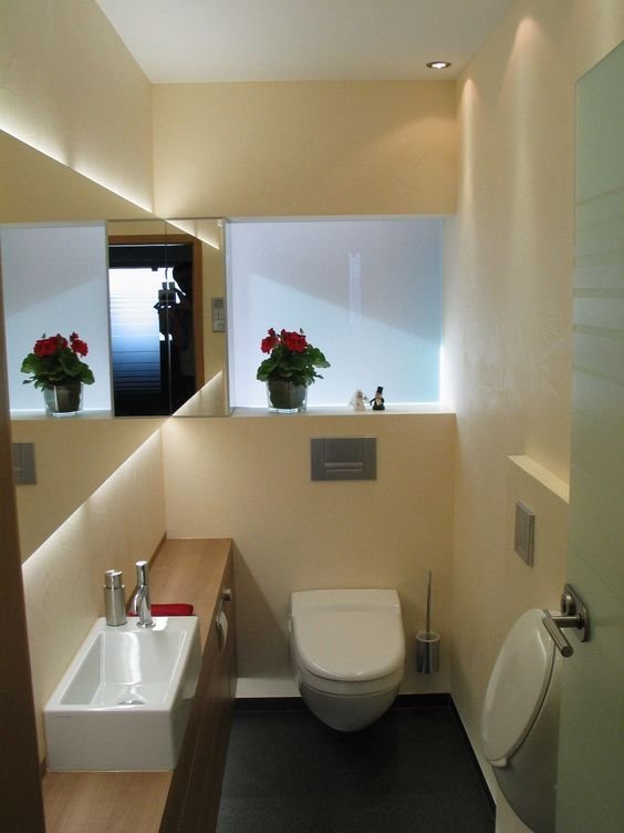 Die hochwertigen Materialien, sowie die indirekte Beleuchtung verleihen diesem Gäste WC, trotz der kleinen Ausmaße, eine gediegene und zugleich mode…