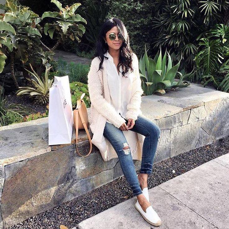 Мы верим в терапевтическое влияние моды. Особенно джинсовой, ведь джинсы одновременно и модные, и удобные. В этом сезоне рваные джинсы по-прежнему актуальны. Подобрать себе модные и комфортные джинсы именитых американских брендов вы сможете в JiST или https://jist.ua #fashion #outfitideas: #stylish @walkinwonderland looks #chic in #BlackOrchid #jeans  #мода #стиль #тренды #джинсы #рубашка #модно #стильно