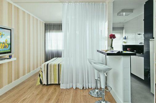 Mora em lugares pequenos, mas precisa dividir melhor os cômodos? Contamos alguns truques para separar ambientes sem ter que erguer paredes. Vem ver!