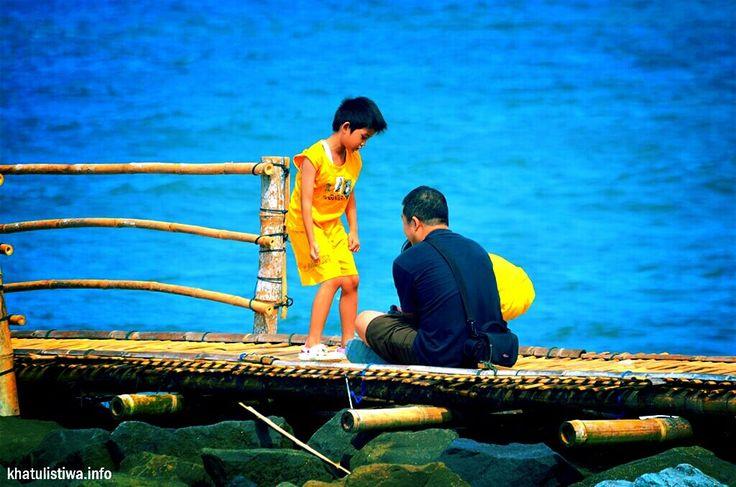 Anak dan Bapak, Liburan bersama    Sapa bilang kalo tiap liburan sekolah, para orang tua menghindari wisata bareng anak? #Indonesiaindah #vacation #VisitIndonesia #Holiday #Pangandaran #beach #indonesia #family