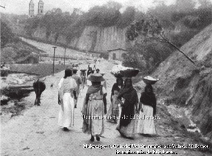 Mujeres por la Calle del Volcán, rumbo a la Villa de Mejicanos, al fondo se observan dos de las torres de la Antigua Iglesia de Mejicanos.