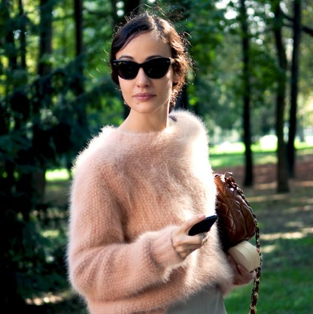 STREET STYLE FASHION WEEK ROUND SUNGLASSES FUZZY SWEATERS ANGORA CROPPED PINK NUDE SSWEATER BROWN BAG