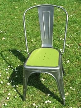 Tolix Stuhl aus dem Tolix Onlineshop mit Sitzauflage aus Filz: leconnaisseur.net - TOLIX SITZAUFLAGE AUS FILZ MIT LOCHMUSTER - FARBE: MAIGRÜN