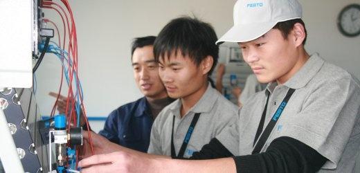 """""""Kürzlich haben die deutsche Auslandshandelskammer (AHK) und das chinesische Ministerium für Arbeitskräfte ein Abkommen unterzeichnet, das die Anerkennung chinesischer Abschlüsse in der Bundesrepublik ermöglicht - zunächst unter anderem für Azubis der Mechatronik, Industriemechanik und Elektronik. Rund 200 junge Chinesen in gut 40 Firmen arbeiten bereits auf einen solchen Abschluss hin, die ersten werden noch dieses Jahr fertig und könnten nach Deutschland kommen."""""""