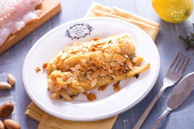 I filetti di merluzzo al forno sono dei gustosi filetti di pesce azzurro avvolti in una croccante panatura alle mandorle aromatizzata al limone.