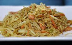 Spaghetti di riso saltati - Questa ricetta propone un modo classico delal cucina cinese di cucinare gli spaghetti di riso, cioe' saltati con verdure taglaite a jiulienne e conditi con le tipiche salse cinesi.