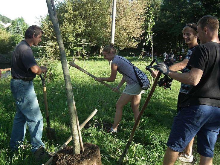 Na kúpu nových stromčekov prispeli študenti. Vysúkali si aj rukávy a vykopali jamy pre nové prírastky v parku. Nezabudli ani na zábavu pre návštevníkov.
