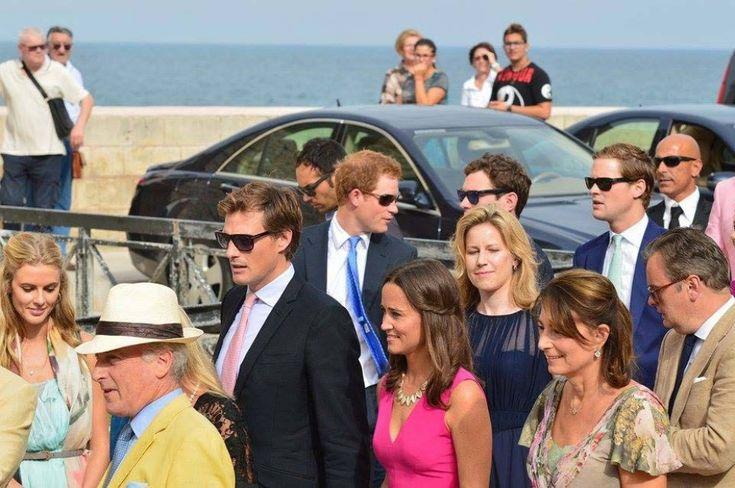 Pippa Middleton partecipa al matrimonio del suo ex Charlie Gilkes, al castello di Monopoli. E il principe Harry non è da meno, in quanto a intrighi sentimentali: arriva nel luogo della cerimonia con Cressida Bonas, una delle sue fidanzate con la quale secondo la stampa inglese sta vivendo un