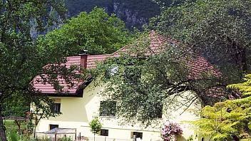 """Blizu rečice Glijun ter tik ob golf igrišču """"Oaza miru"""" se nahajajo apartmaji. Okolica je primerna ljubiteljem samote in miru. O tem na: www.viaSlovenia.com kategorija apartmaji -> Bovec."""
