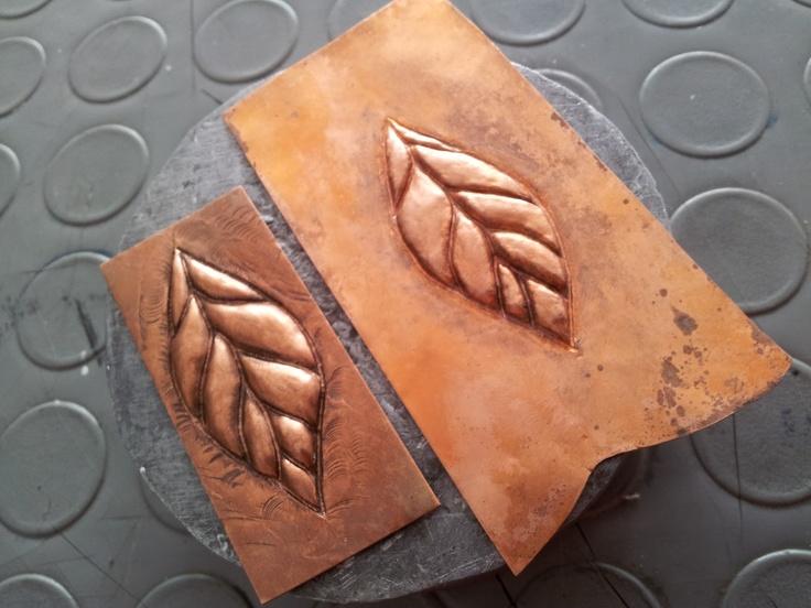 Piezas repujadas en cobre, realizadas por Jorge Bejarano, para la carrera de Diseño de Joyas y Accesorios de la Universidad Creativa  (www.ucreativa.com)