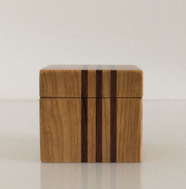 Scatolina in legno. Cm.6x6x6.