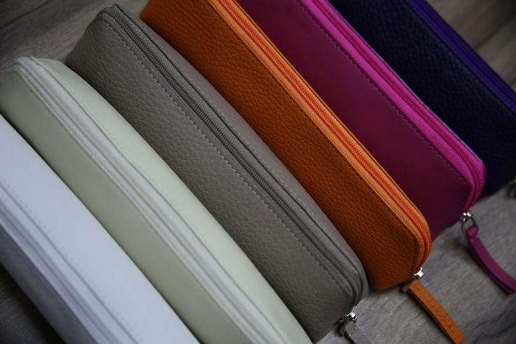 De forme, de taille et de contenance diverses, ces trousses en cuir peuvent contenir autres choses que des crayons, au grès de vos besoins. Le large choix de couleurs et cuirs vous permet d'assortir votre trousse à votre sac ou cartable.