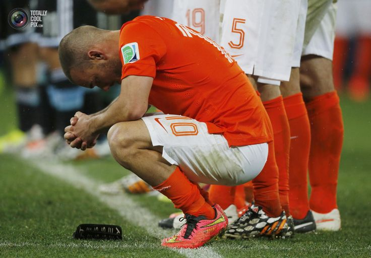 World Cup 2014: The Netherlands vs Argentina Semi-Final Highlights - Sneijder of the Netherlands reacts after his teammate Vlaar missed an opportunity to score a goal against Argentina during a penalty shoot-out at their 2014 World Cup semi-finals at the Corinthians arena in Sao Paulo. SERGIO MORAES/REUTERS