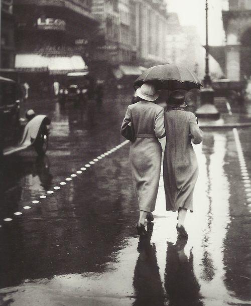 {a walk in the rain} Paris 1934