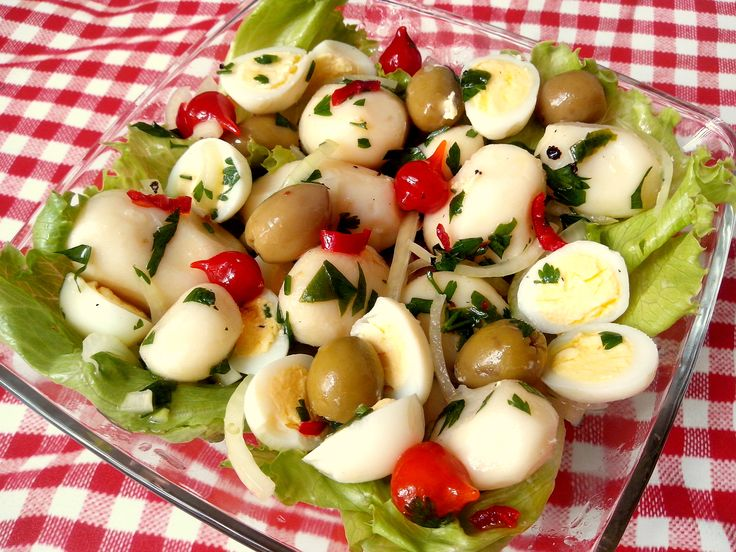 Batatinhas a vinagrete com ovos de codorna, pimenta biquinho e azeitonas