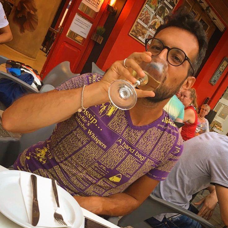 È mentre bevi un bicchiere di vino è la tua amica ti scatta la foto senza mettersi in posa 🤣📱🍷👨🏻 #photography #myfriend #valencia #posing #followme #follow #mypageispublic #tarde #vinoblanco #barrio #elCarmen #myfriend #gafas #like #life #mynewcity #moment #camiseta @jgalliano #collection #newspaper #colors #ring @nove25 #bracelet @tiffanyandco #sunglasses @giorgioarmani #earring @viviennewestwood #pinterest #instagram #tumblr #twitter