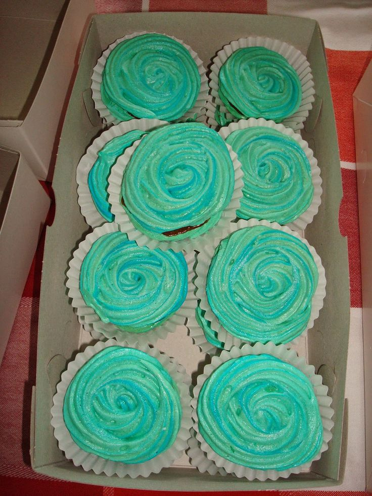 Minty turqouise meringue roses filled with chocolate ganache, made by Kip&Cupcakes