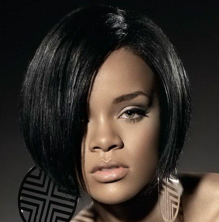 Kurze Haare Mit Bob Frisur In Schwarzer Farbe Enorme Ohrringe Beste Frisuren Short Bob Hairstyles Rihanna Hairstyles Bob Hairstyles