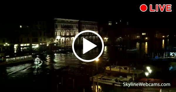 Incantevole veduta sul Canal Grande e del centro storico di Venezia con le gondole in diretta webcam