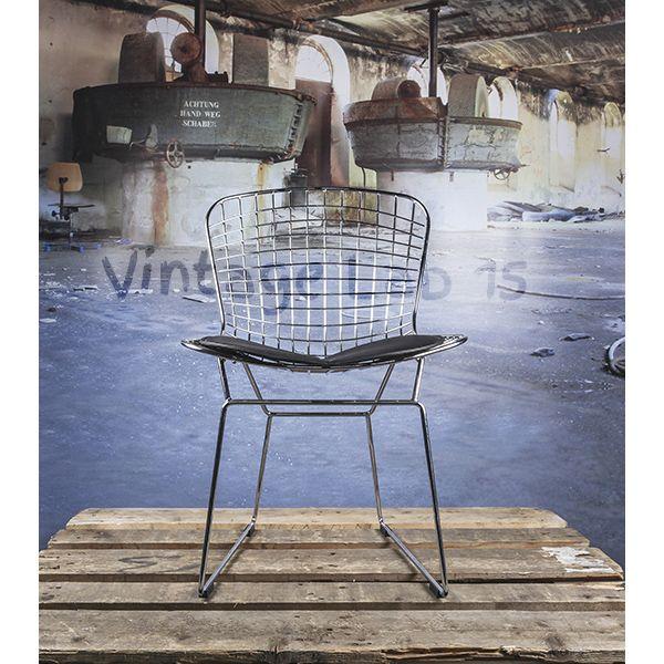 Eetkamerstoel Bertoia zwart kussen. Draadstoel van een degelijk en strak design.