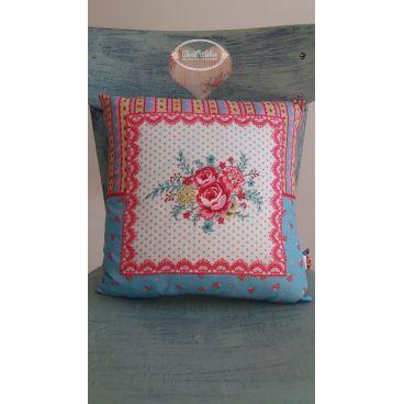 Poduszka w róże biało-niebieska.
