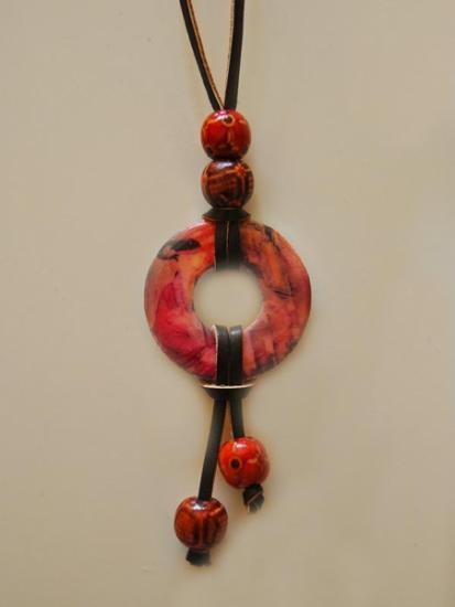 Colgante de inspiración japonesa en acero y resina con detalle de cuentas de madera pintadas a mano. #jewelry #joyería #bisutería