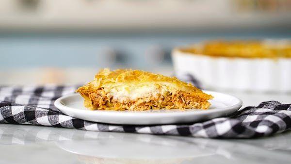 Receita com instruções em vídeo: Você merece ter de lanche da tarde essa incrível torta folhada de frango e catupiry!      Ingredientes: 1 colher de sopa de azeite de oliva , 1 cebola picada, 2 dentes de alho picado, 600g de peito de frango cozido e desfiado, 1 xícara de passata de tomate, ½ xícara de palmito picado, ⅓ xícara de azeitonas verdes , Sal a gosto, Pimenta a gosto, Salsinha picada a gosto, 200g de queijo catupiry, 1 ovo batido, 600g de massa folhada laminada