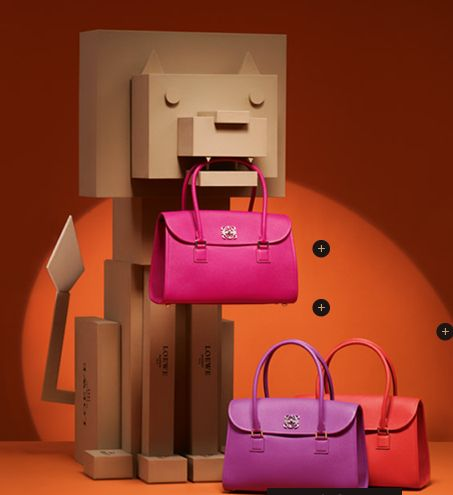 Escaparate bolsos Loewe - simple use of cardboard boxes incorporated into a visual display
