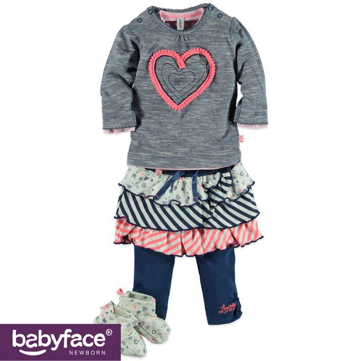 Grijze trui met roos hartje, rok, blauwe legging en sloefjes met print. #BFC