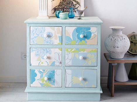 Reste gemusterter Tapeten peppen Möbel kreativ auf.