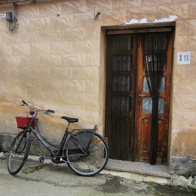 🇮🇹 San Martino, Calabria #sanmartino #calabria #provinceofreggiocalabria #reggiocalabria #melbournelifelovetravel #littletown #village #villagelife #bicycle #italiandoor #vintage #heritage #rustic #italianbike