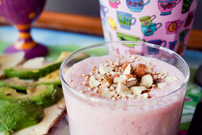 #Breakfast nr 74 Strawberrie smoothie with chopped almonds and quinoa puffs.